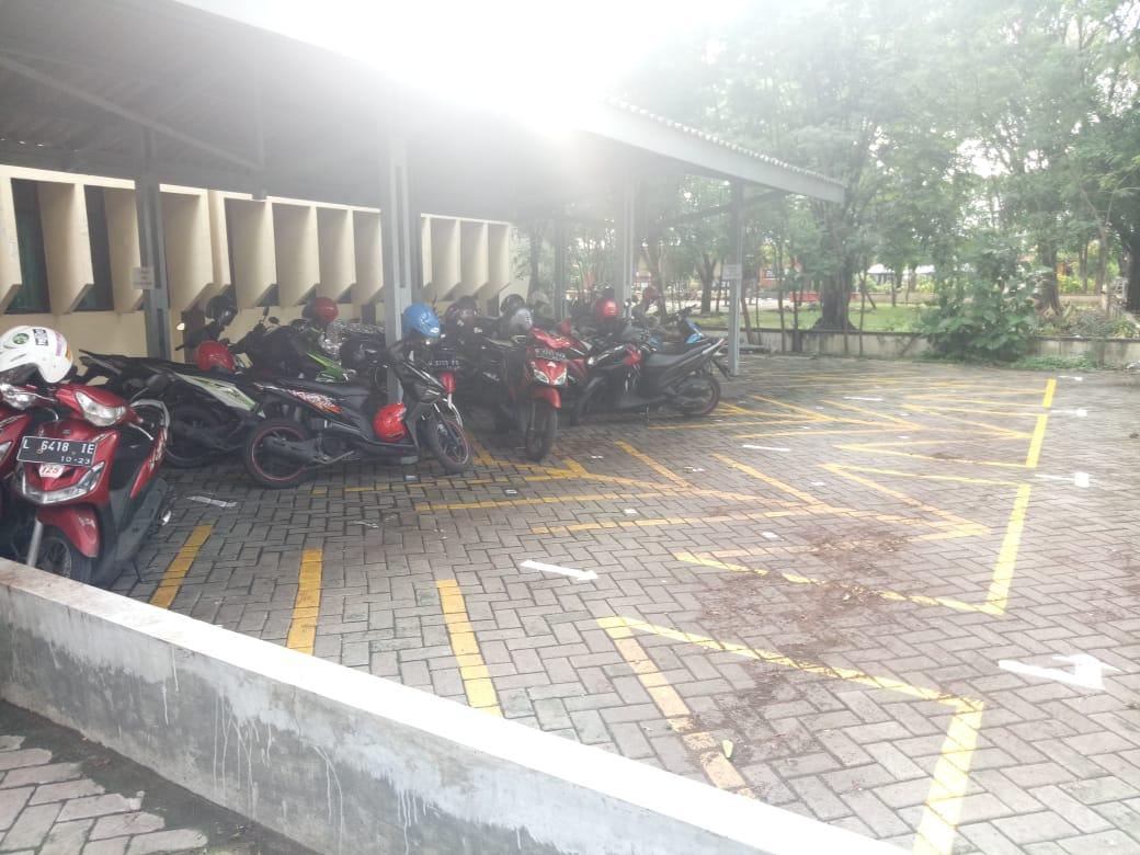 Parkir Motor Perpus Pusat di Kampus Ketintang